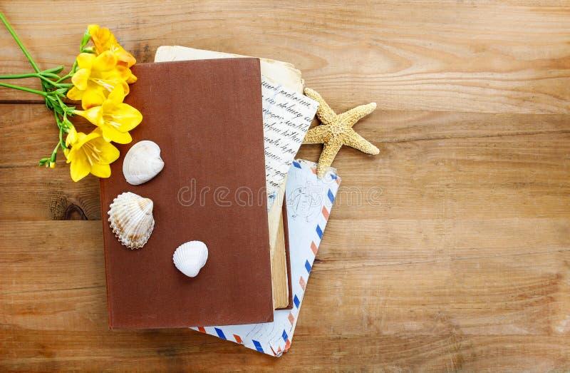 Dagboken, gamla bokstäver och röd freesia blommar arkivfoton