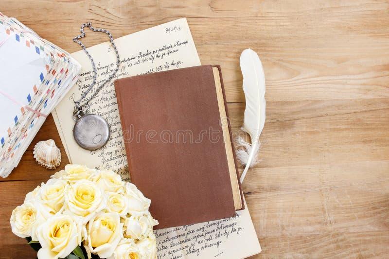 Dagboken, gamla bokstäver och röd freesia blommar royaltyfria bilder