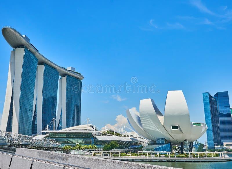 Dagcityscape av Marina Bay i Singapore med en sikt av ett hotell och en spiralbro royaltyfria bilder