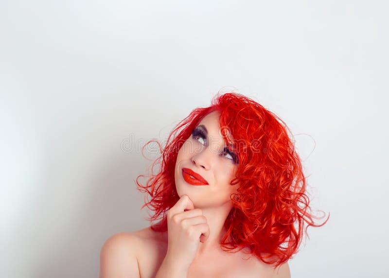 dagdröm Härlig kvinna som ser upp på kopieringsutrymme över fotografering för bildbyråer