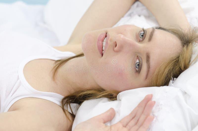 dagdrömma kvinna för underlag royaltyfria bilder