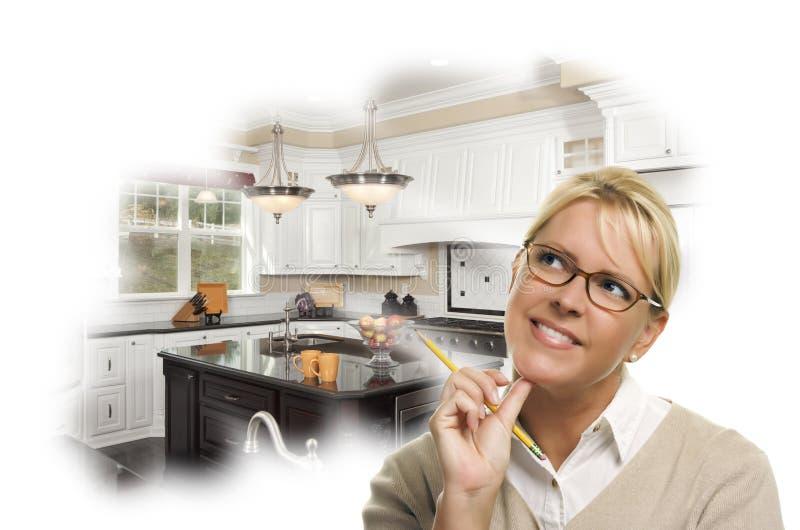 Dagdrömma kvinnan med blyertspennan över beställnings- kökfototanke royaltyfri foto