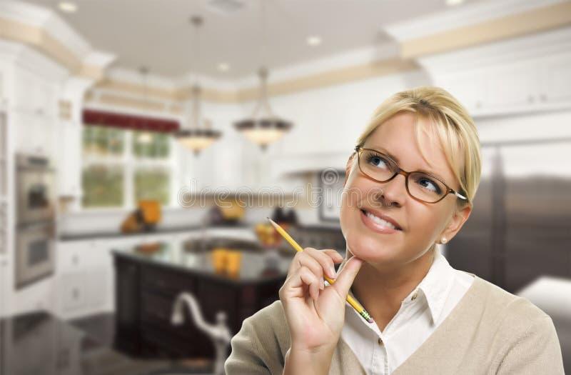 Dagdrömma kvinnan med härligt beställnings- kök för blyertspennainsida royaltyfri bild