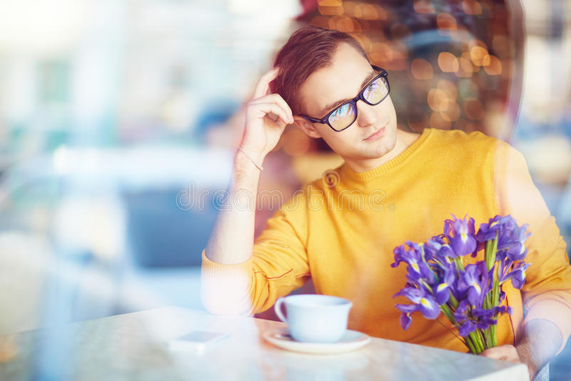 Dagdromenmens die op Datum in Koffie wachten royalty-vrije stock afbeelding