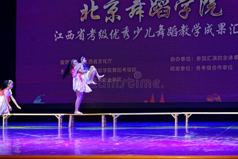 Dagdroom de sterrige de Dansacademie die van hemelpeking van het de dansonderwijs van test opmerkelijke kinderen ` s de voltooiin stock fotografie