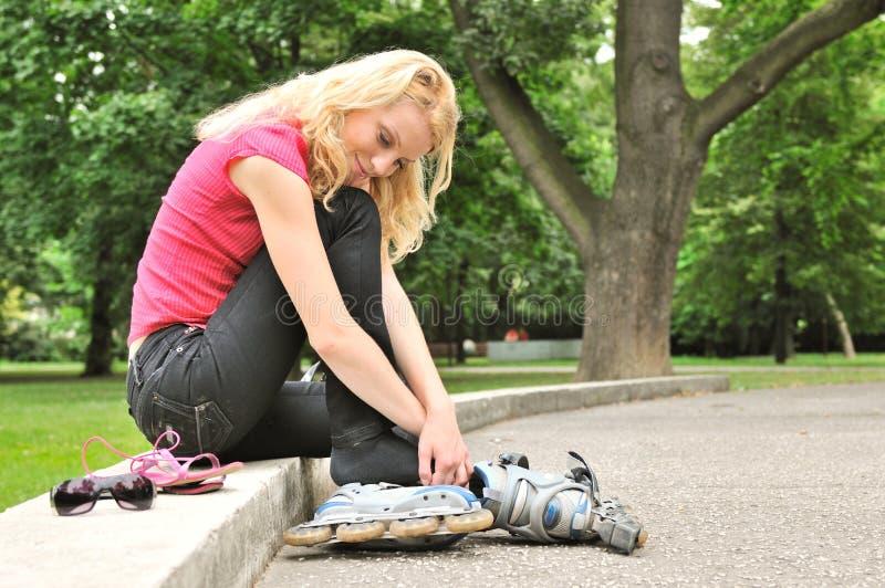 Dagdroom - vrouw het ontspannen in park stock afbeeldingen