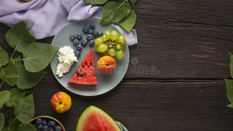 Dagelijks voedsel, hart, gezonde levensstijl, zwangerschap, geschiktheid, plaat, uitgebalanceerd dieet, het eten, wellness royalty-vrije stock afbeelding
