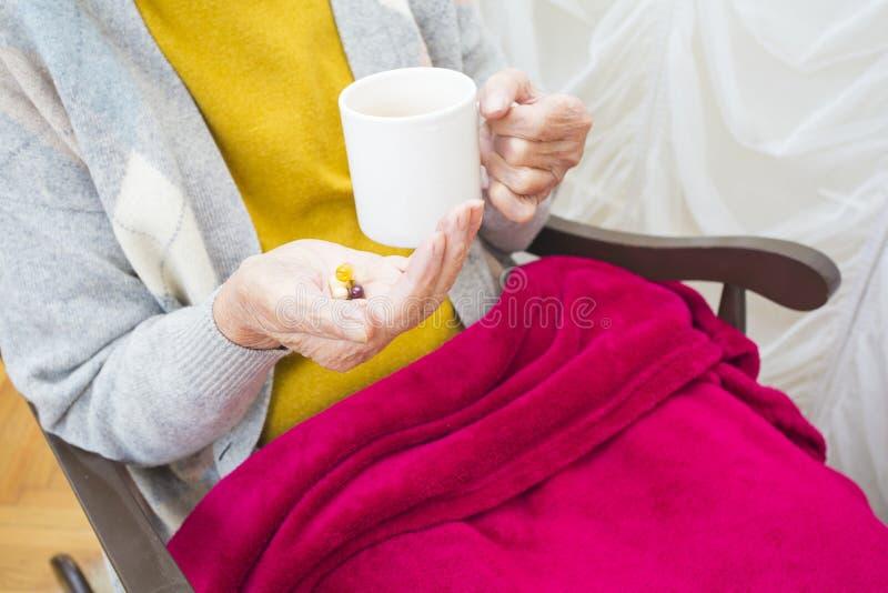 Dagelijkse pillen voor bejaarde mensen stock foto