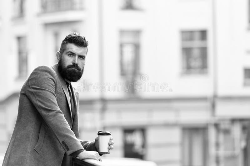 Dagen startade precis Aff?rsman i hipsterstil som rymmer takeaway kaffe Hipster med den pappers- koppen som g?r i stad arkivfoton