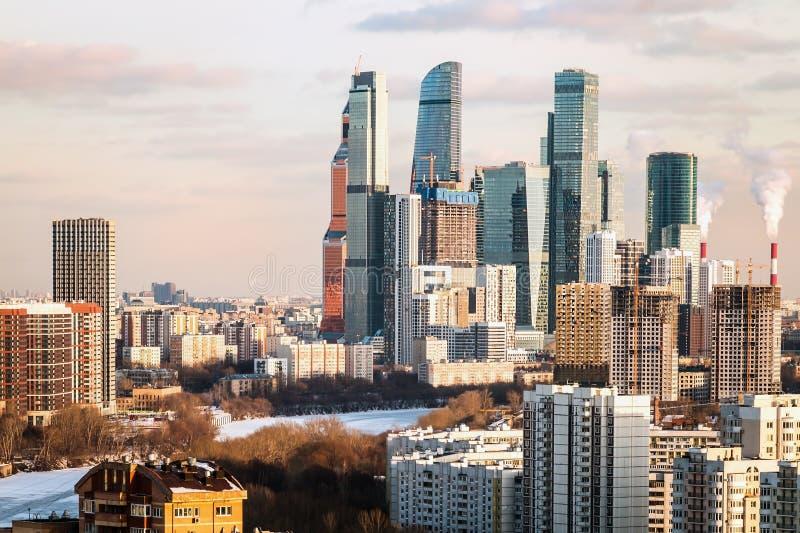 Dagens syn på Moskvas bostads- och ekonomiska utveckling royaltyfri bild