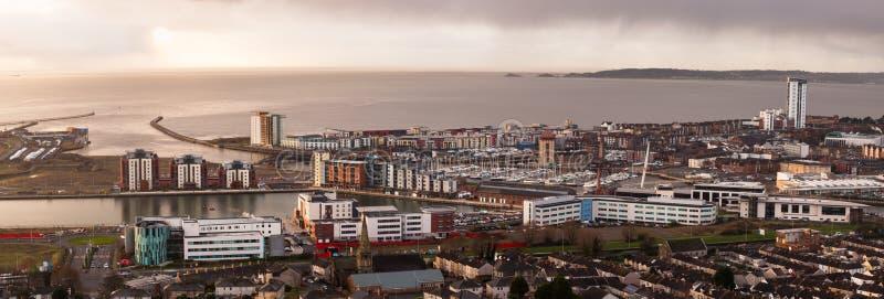 Dageraad over de stad van Swansea stock foto