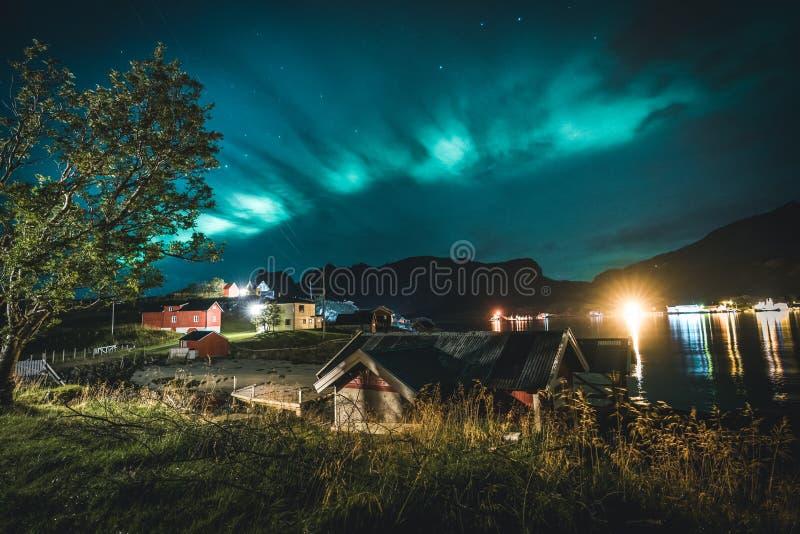 Dageraad over traditioneel rood vissershuis in Noorwegen, Lofoten-eilanden Noordelijke lichten in Lofoten-eilanden, Noorwegen sta royalty-vrije stock afbeelding