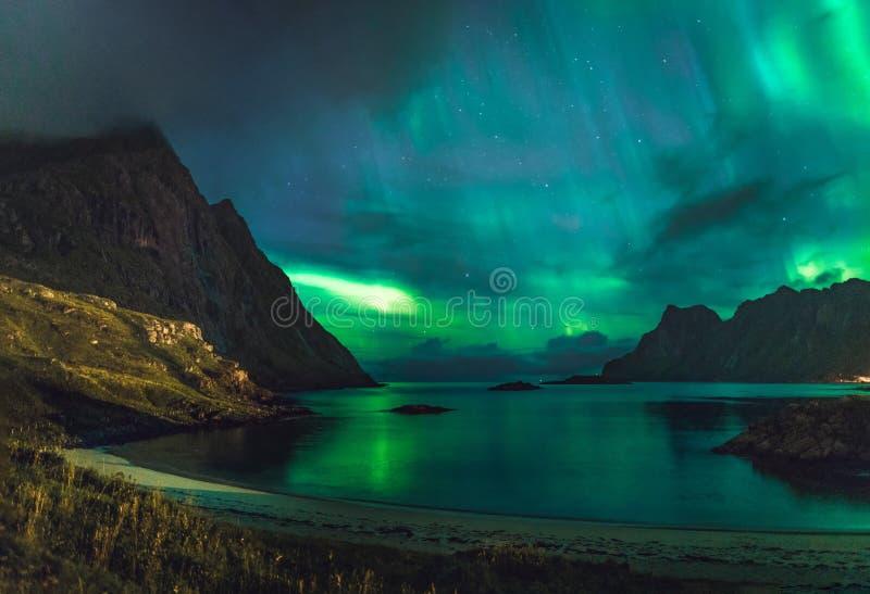 Dageraad over zandig strand haukland, Kvalvika en Skagsanden met stenen in Noorwegen, Lofoten-eilanden Noordelijke lichten binnen stock foto