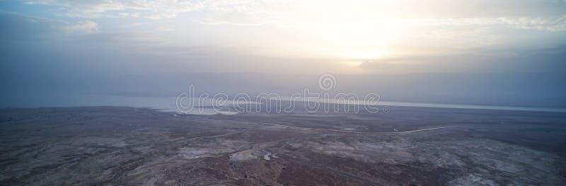 dageraad van het dode overzeese panorama Mooie zonsondergang op het dode overzees voor de Judean-woestijn De zon piept uit van ac stock foto