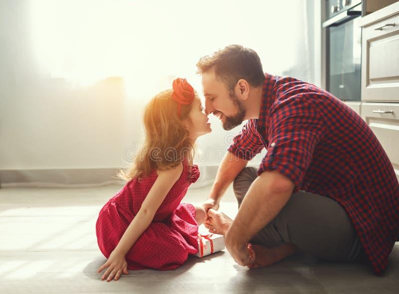 dagfader s Lycklig familjdotter som ger farsahälsningkortet arkivbilder