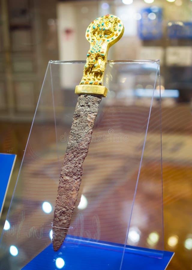 Dagger av den sarmatiske krigaren, exposition `Gold of the Scythians`, Azv, Rostov-regionen royaltyfri foto