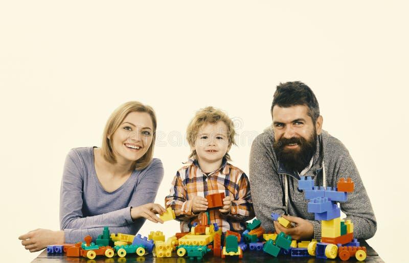 Dagis- och familjbegrepp lycklig familj Mamma, farsa och unge i lekrum royaltyfria bilder