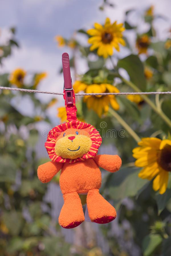 Dagisbakgrund Sjuksköterskaannonsering Tidig start för förskole- ålder Leksak som hänger på repet lycklig barndom arkivbilder
