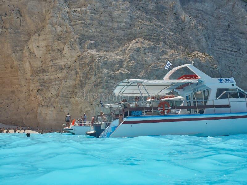 Dagkryssningfartyg på den Navagio stranden, Zakynthos grekisk ö, Grekland royaltyfria bilder