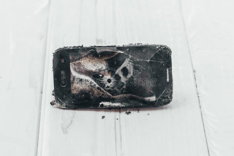 Daglicht De telefoon is beschadigd wegens brand in is er geen schade heb het stemmen stock afbeeldingen