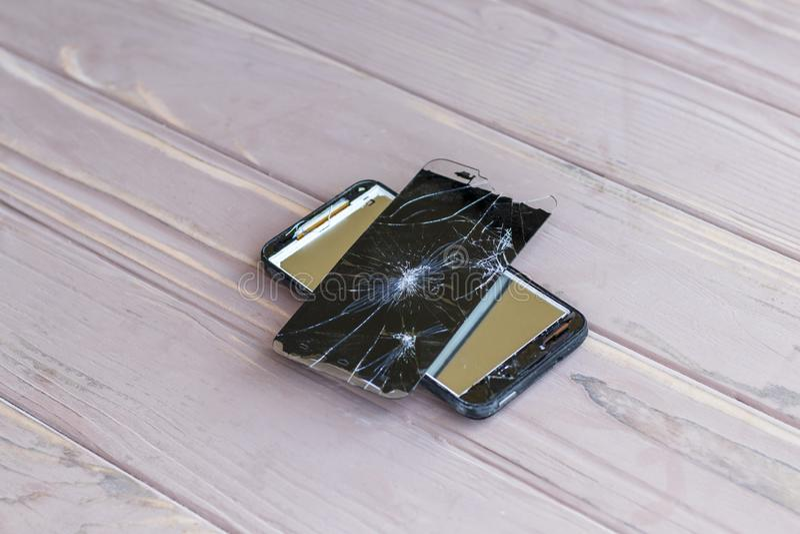 Daglicht Gebroken mobiele telefoon Houten achtergrond heb het stemmen royalty-vrije stock fotografie