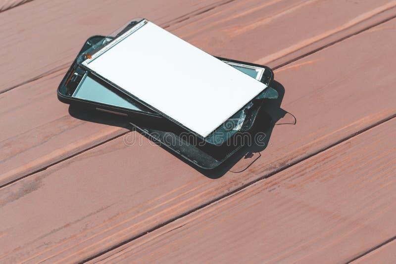 Daglicht Gebroken mobiele telefoon Houten achtergrond heb het stemmen stock afbeeldingen