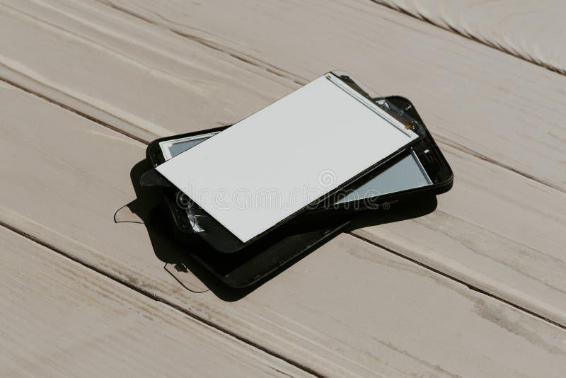 Daglicht Gebroken mobiele telefoon Houten achtergrond heb het stemmen royalty-vrije stock foto's