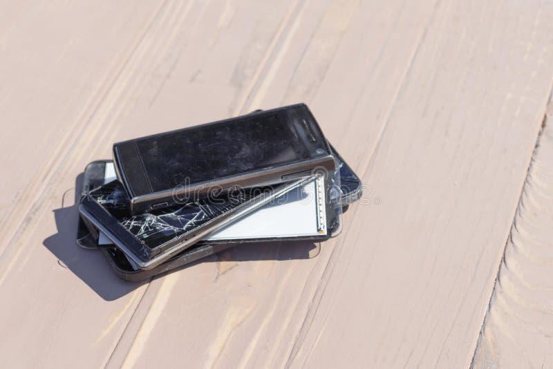 Daglicht Gebroken mobiele telefoon Houten achtergrond heb het stemmen stock foto