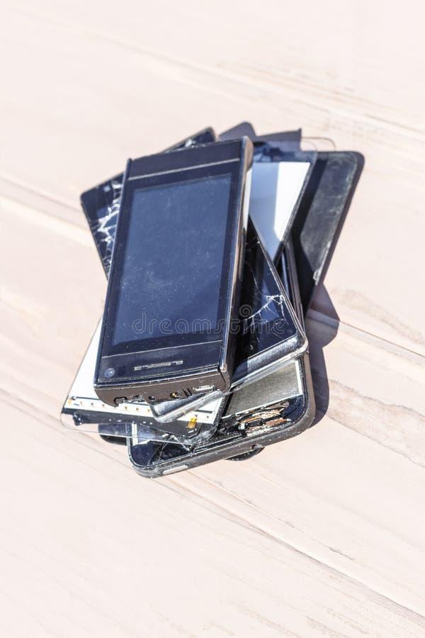 Daglicht Gebroken mobiele telefoon Houten achtergrond heb het stemmen royalty-vrije stock foto