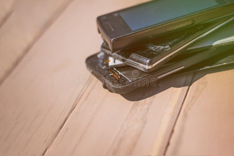 Daglicht Gebroken mobiele telefoon Houten achtergrond heb het stemmen royalty-vrije stock afbeelding