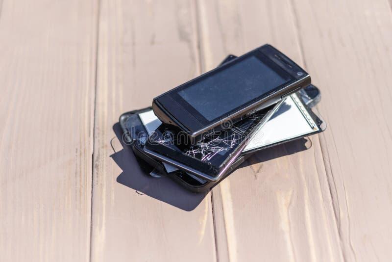Daglicht Gebroken mobiele telefoon Houten achtergrond heb het stemmen stock afbeelding