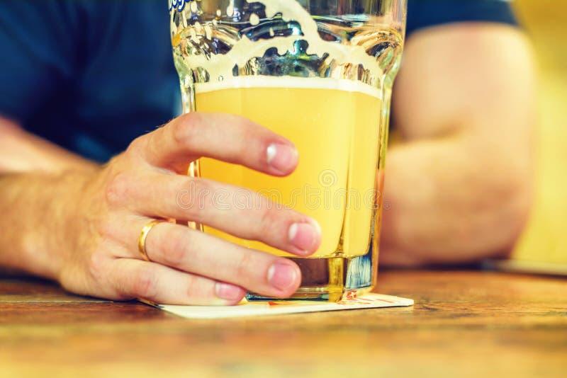 Daglichtmening aan de gehuwde mens met gouden ring het drinken bier royalty-vrije stock afbeeldingen