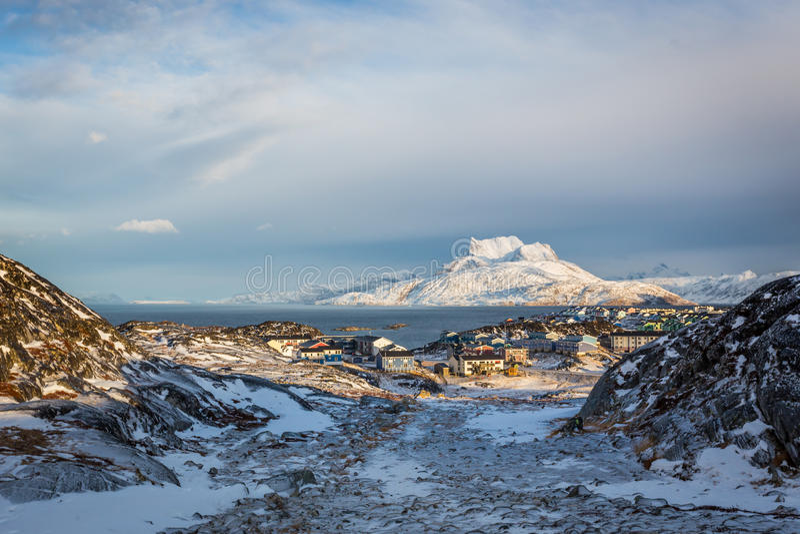 Daglichtmening aan de verre voorstad van Nuuk, Sermitsiaq-berg stock afbeelding