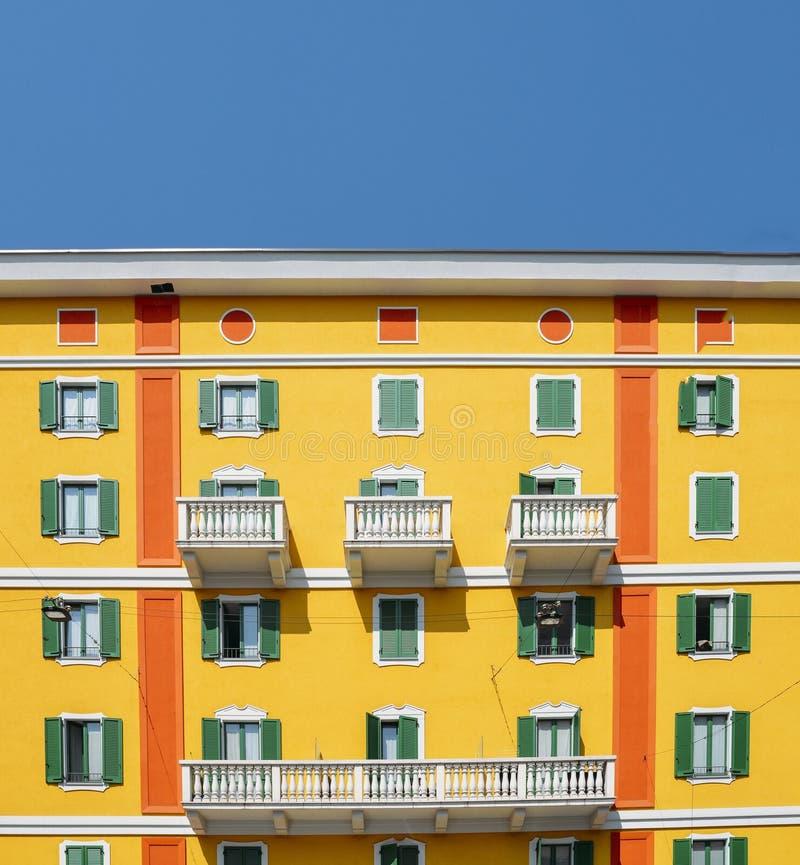 Daglichtmening aan trillende Mediterrane kleurrijke gele de bouwvoorgevel in Milaan, Lombardije, Italië stock fotografie