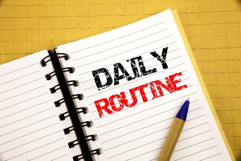 Daglig rutin Affärsidé för den vanliga livsstilen som är skriftlig på notepaden med kopieringsutrymme på gammal wood träbakgrund  arkivbilder