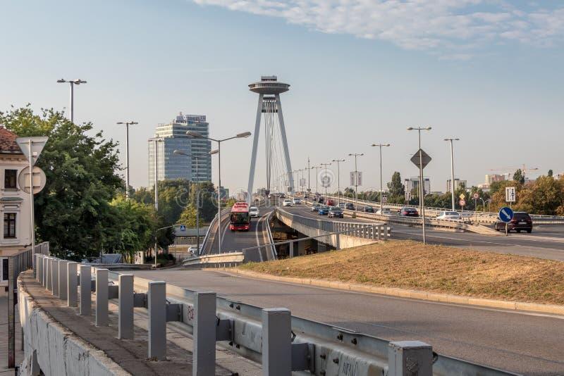 Daglig trafik på SNP-bron i mitten av Bratislava arkivfoto