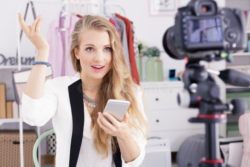 Daglig vlog för tonåringinspelning fotografering för bildbyråer