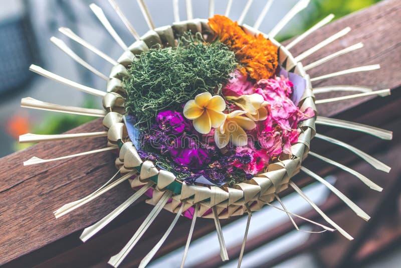 Dagliga offerings - canangsari är mycket viktig i Bali, Indonesien fotografering för bildbyråer
