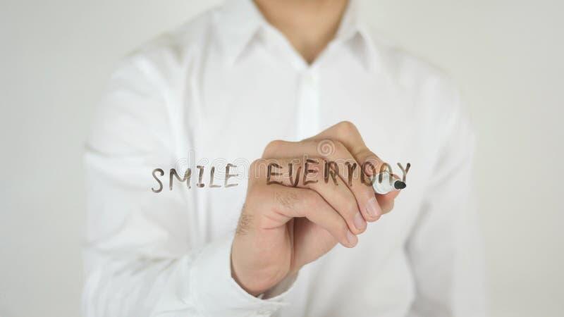 Dagligt leende, skriftligt på exponeringsglas arkivfoton