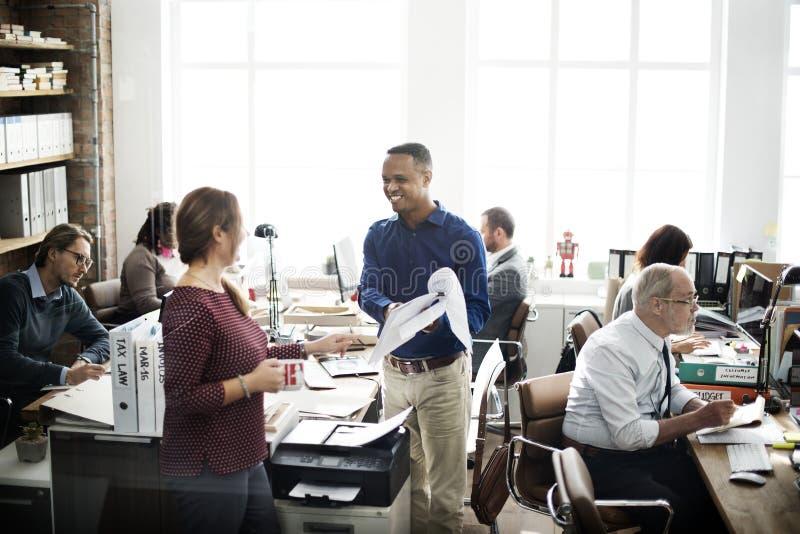 Dagligt liv av affärsfolk på kontoret arkivfoton