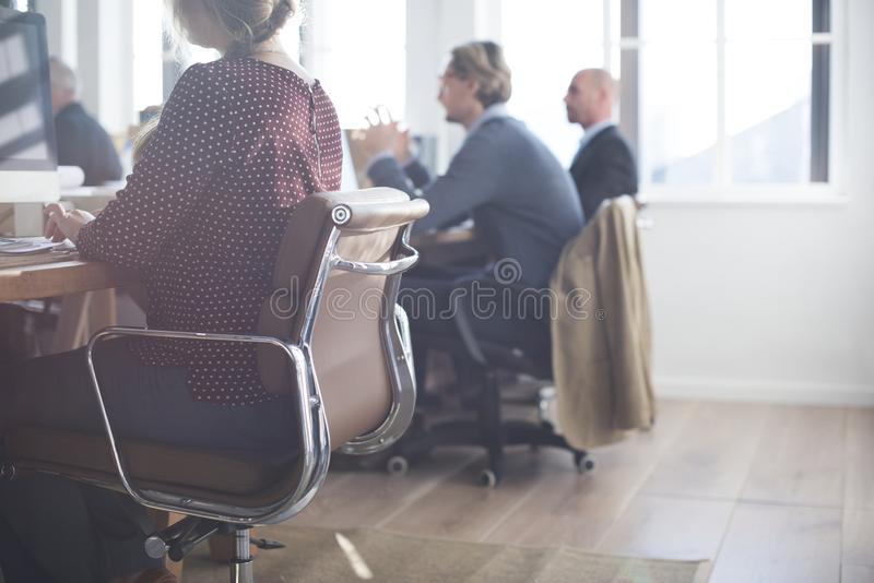 Dagligt liv av affärsfolk på kontoret royaltyfri bild