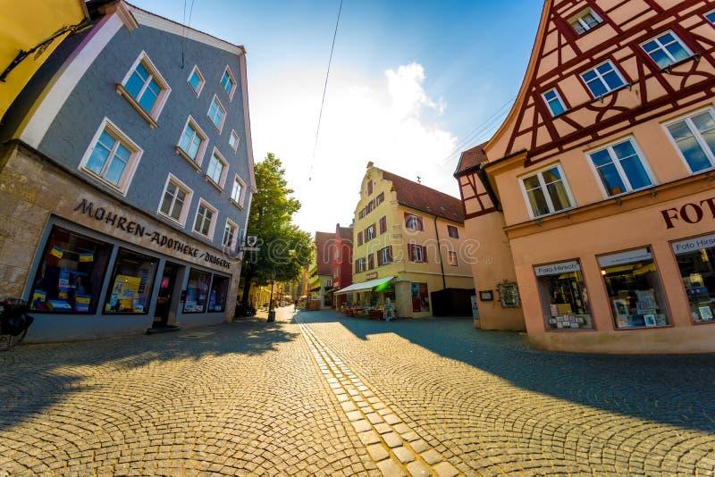 Dagligt liv i centret av Noerdlingen, Tyskland royaltyfria bilder