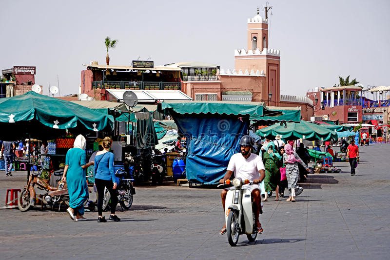 Dagligt liv i den Jamaâna el-Fna fyrkanten i Marrakech arkivfoton