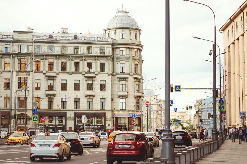 Dagligt liv på gatorna av Moskva Maskiner byggnader royaltyfri fotografi