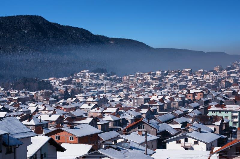 Dagligt snöig landskap någonstans i Bulgarien royaltyfria bilder