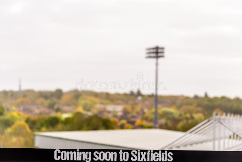 Dagmening van Komst spoedig in Sixfields-Teken over het Stadion van de de Schoenmakersvoetbal van Northampton stock afbeeldingen