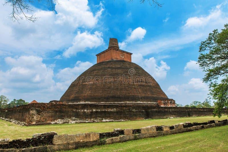 Dagoba de Jetavanaramaya en las ruinas de Jetavana en la ciudad sagrada del patrimonio mundial de Anuradhapura, Sri Lanka foto de archivo