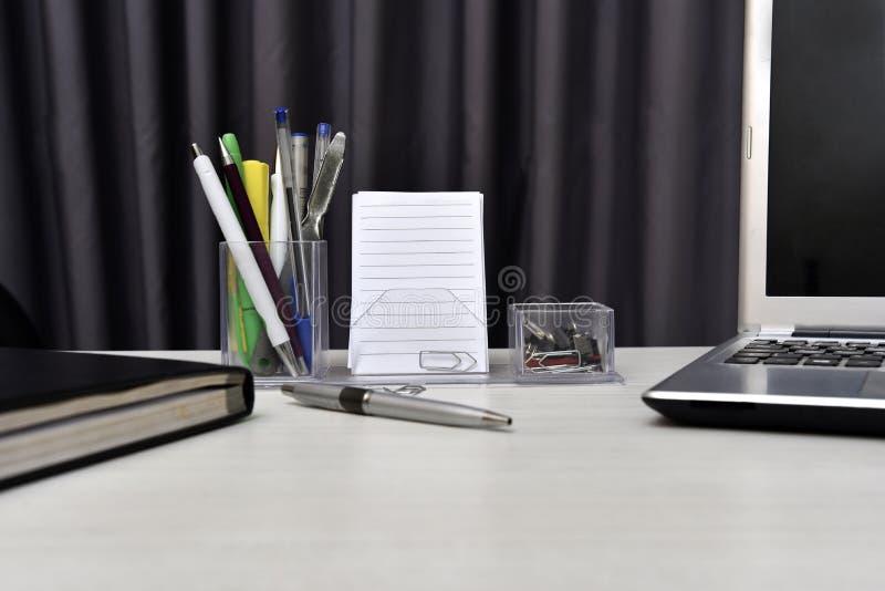 Dagordning med inte bok- och skrivbordmaterial på tabellen royaltyfri foto