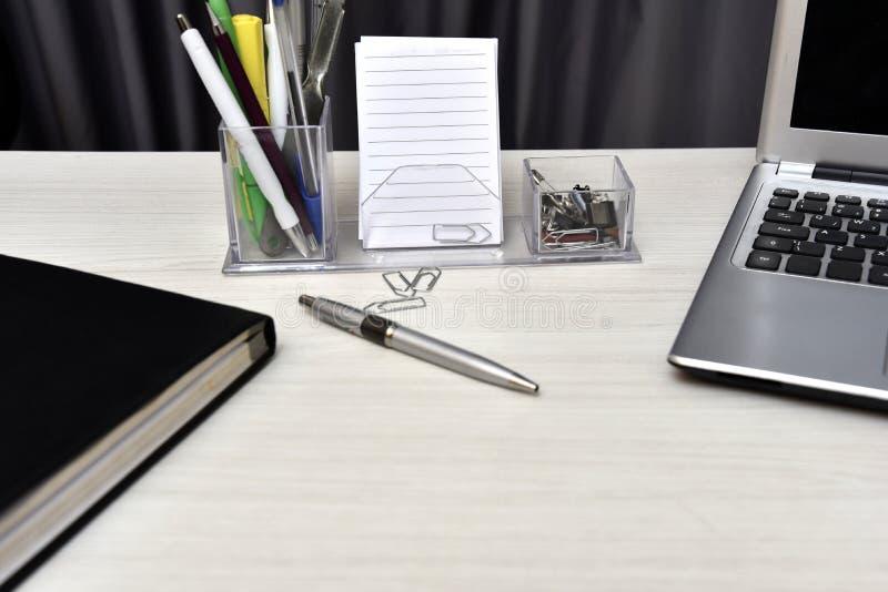 Dagordning med inte bok- och skrivbordmaterial på tabellen royaltyfria foton