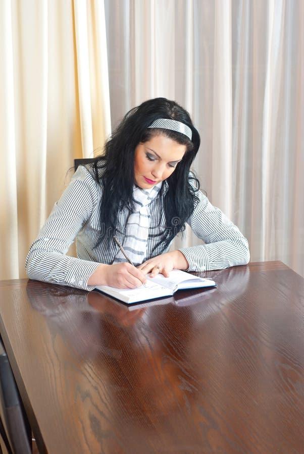 dagordningkvinnawriting royaltyfri bild